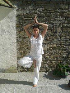 Tre posizioni yoga per rafforzare la stabilità e l'equilibrio di corpo e mente.