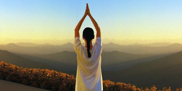 Praticare Yoga all'aperto, benefici e precauzioni
