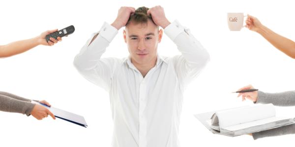 Sei stressato dal lavoro? Abbandona per pochi minuti la scrivania e fai yoga!